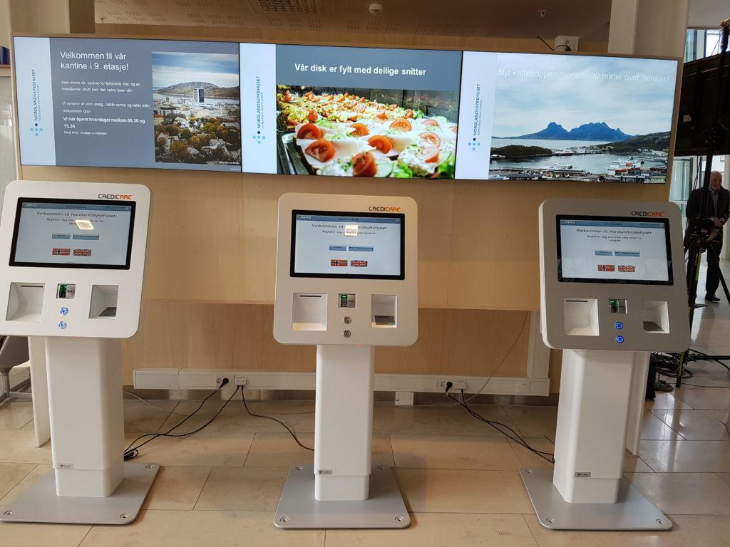 Automatene står lett tilgjengelig i ulike miljøer på sykehusene. Her fra resepsjonsområdet på Nordlandssykehuset i Bodø.